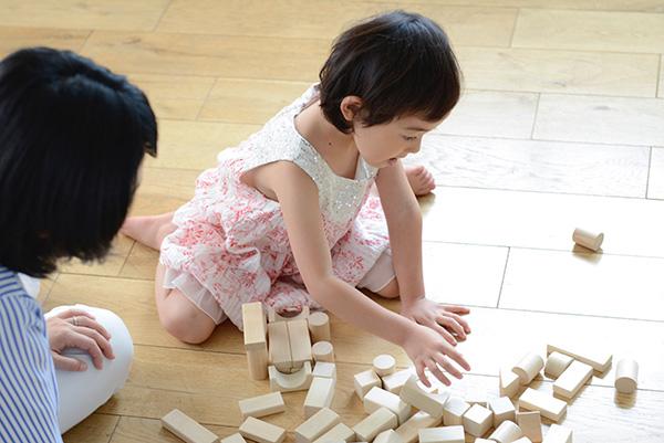 自宅で遊ぶ子供