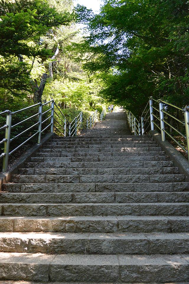 新倉山浅間公園の忠霊塔まで階段