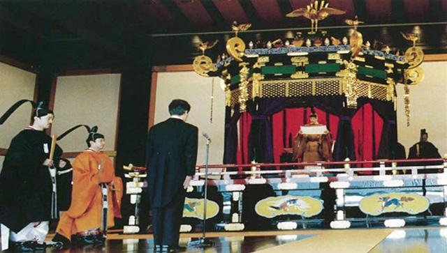 即位礼正殿の儀で即位を宣言する第125代昭和天皇